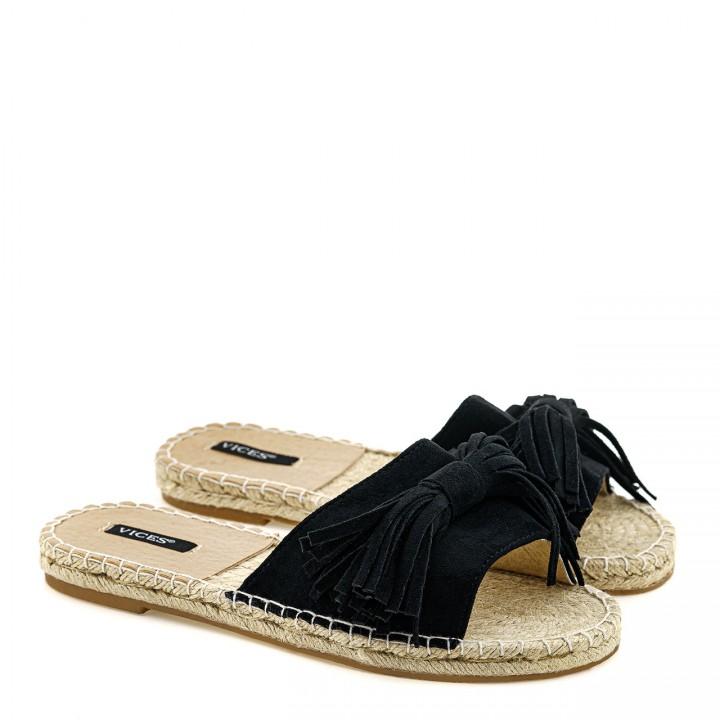 Czarne klapki zamszowe z frędzlami i kokardą na plecionej podeszwie