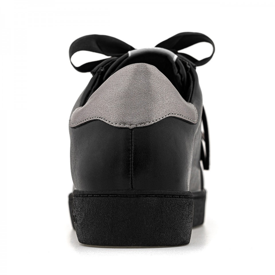 Czarne buty ze skóry na imprezę ze srebrnymi dodatkami
