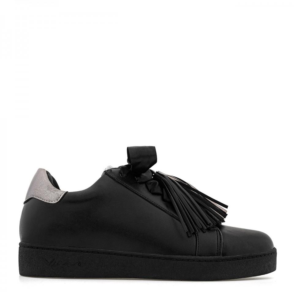 Czarne buty sportowe z kokardą i frędzlami na grubej podeszwie