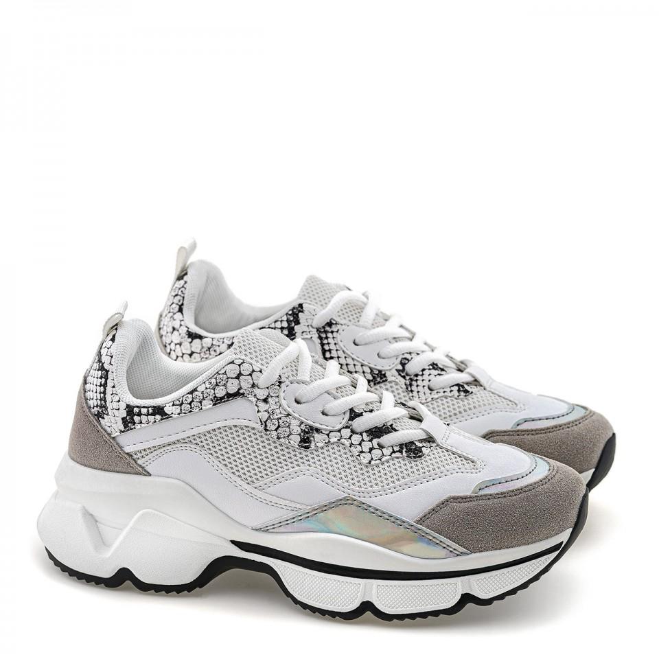 Białe buty sportowe na wysokiej podeszwie ze zwierzęcymi wstawkami.
