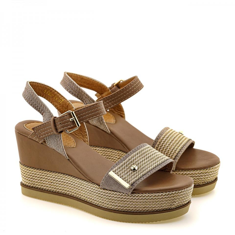 Brązowe sandały na koturnie z plecionym kawowym paskiem