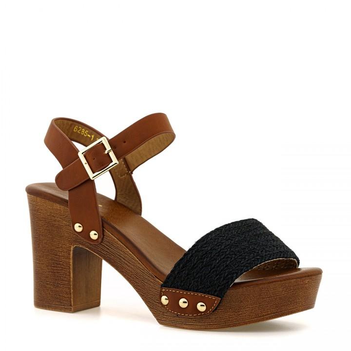Czekoladowe sandały na słupku z plecionym czarnym paskiem