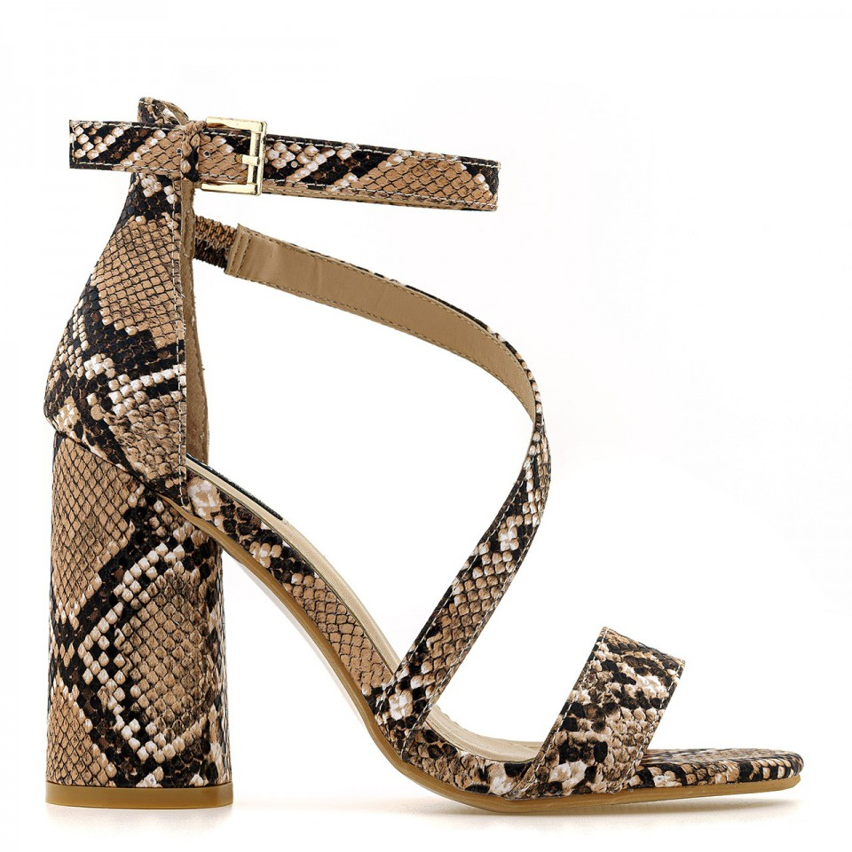 Beżowe sandały na wysokim słupku o wzorze skóry węża