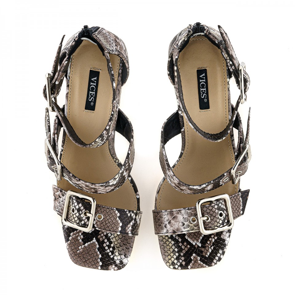 Szare sandały na wysokim słupku o wzorze skóry węża
