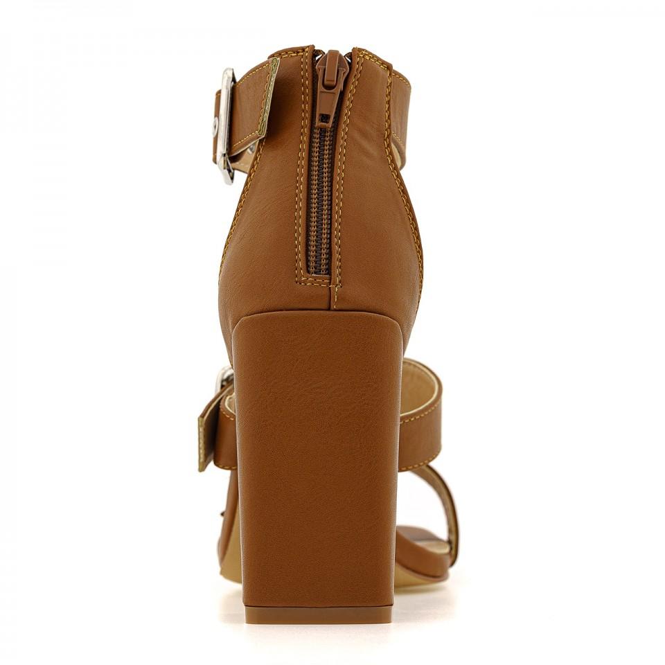 Brązowe sandały na wysokim słupku z ekoskóry zapinane na klamry