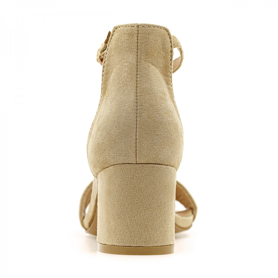 Beżowe sandały zamszowe na niskim słupku zapinane wokół kostki