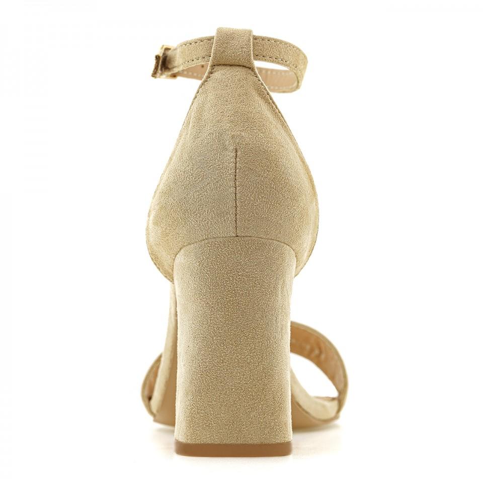Beżowe sandały z ekozamszu na wysokim słupku zapinane wokół kostki
