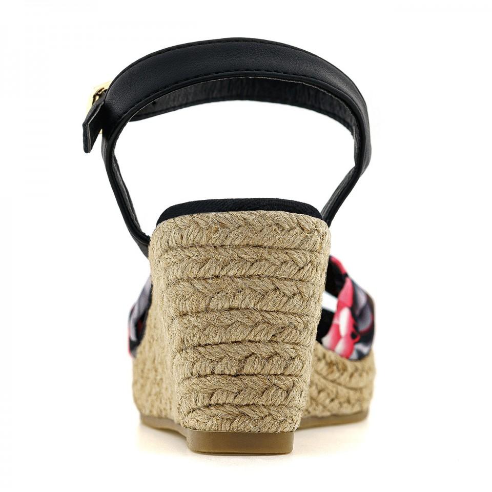 Sandały na lato z podeszwą ze słomkową plecionką w plażowym stylu