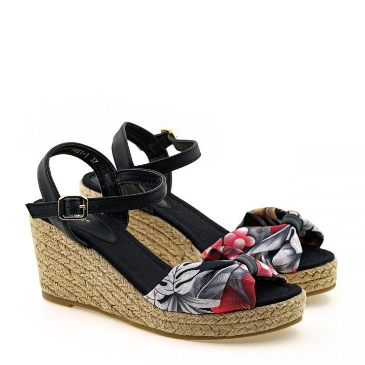 Czarne sandały zapinane na koturnie z plecioną podeszwą i wzorem w kwiaty
