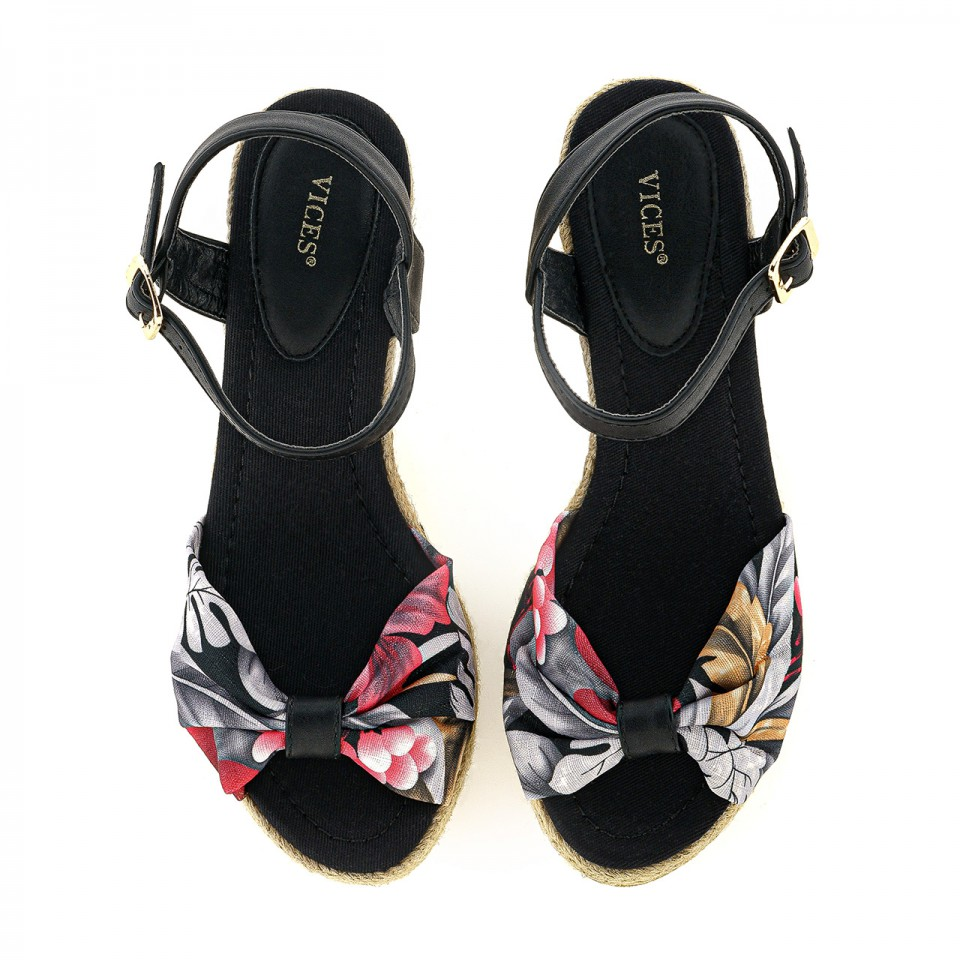 Sandały z szerokim paskiem z płóciennego materiału i flower printem