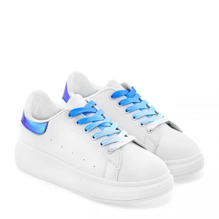 Białe sneakersy z niebieskim hologramowym zdobieniem na wysokiej podeszwie