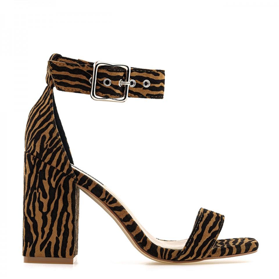 Sandały z tygrysim wzorem z ekozamszu na wysokim słupku z zapięciem nad kostką