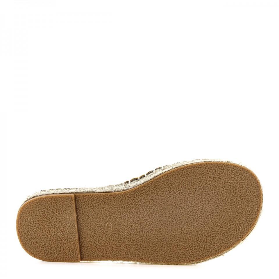 Kamelowe sandały z ekozamszu na podeszwie z juty zapinane na sprzączkę