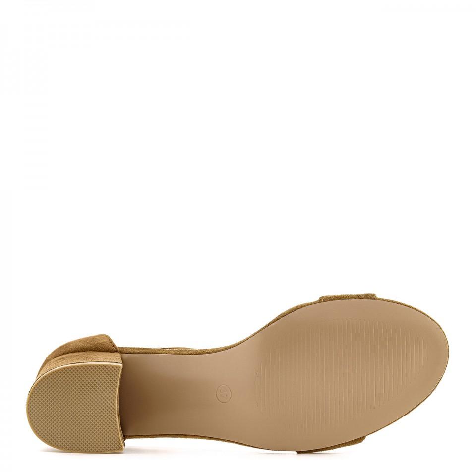 Brązowe zamszowe sandałki na niewysokim obcasie typu słupek