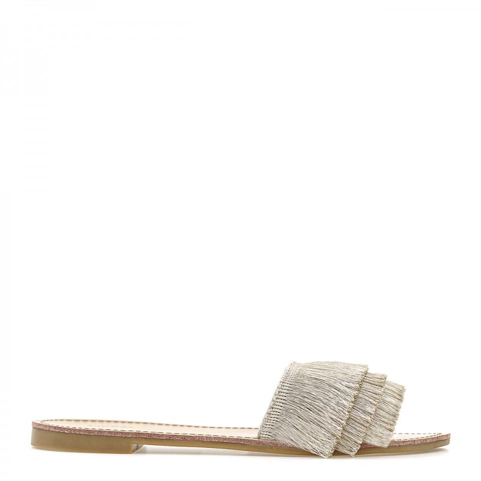 Beżowe klapki z szerokim paskiem obszytym cienkimi frędzlami