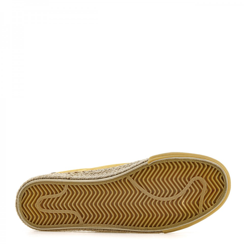 Złote trampki skórzane zdobione srebrnymi błyszczącymi wstawkami