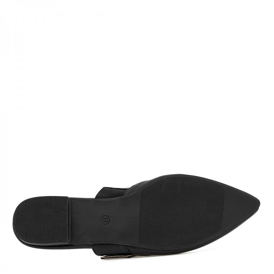 Czarne skórzane klapki z noskami w szpic zapinane na klamrę