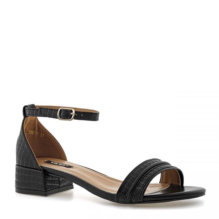 Czarne sandały skórzane we wzór skóry krokodyla na niskim słupku