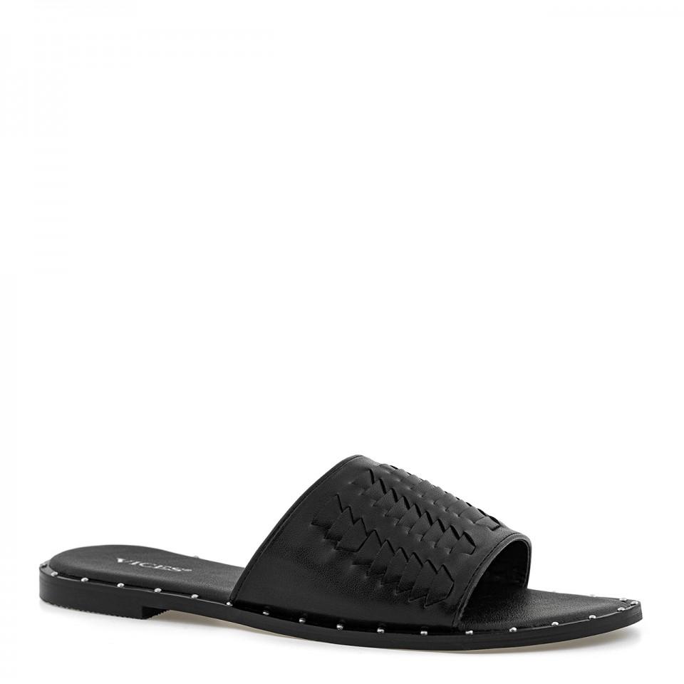 Czarne eleganckie klapki skórzane z przeplataną cholewką i nitami na podeszwie