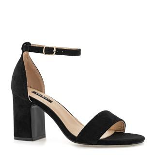 Czarne sandały zamszowe na wysokim słupku z zakrytą piętą zapinane wokół kostki