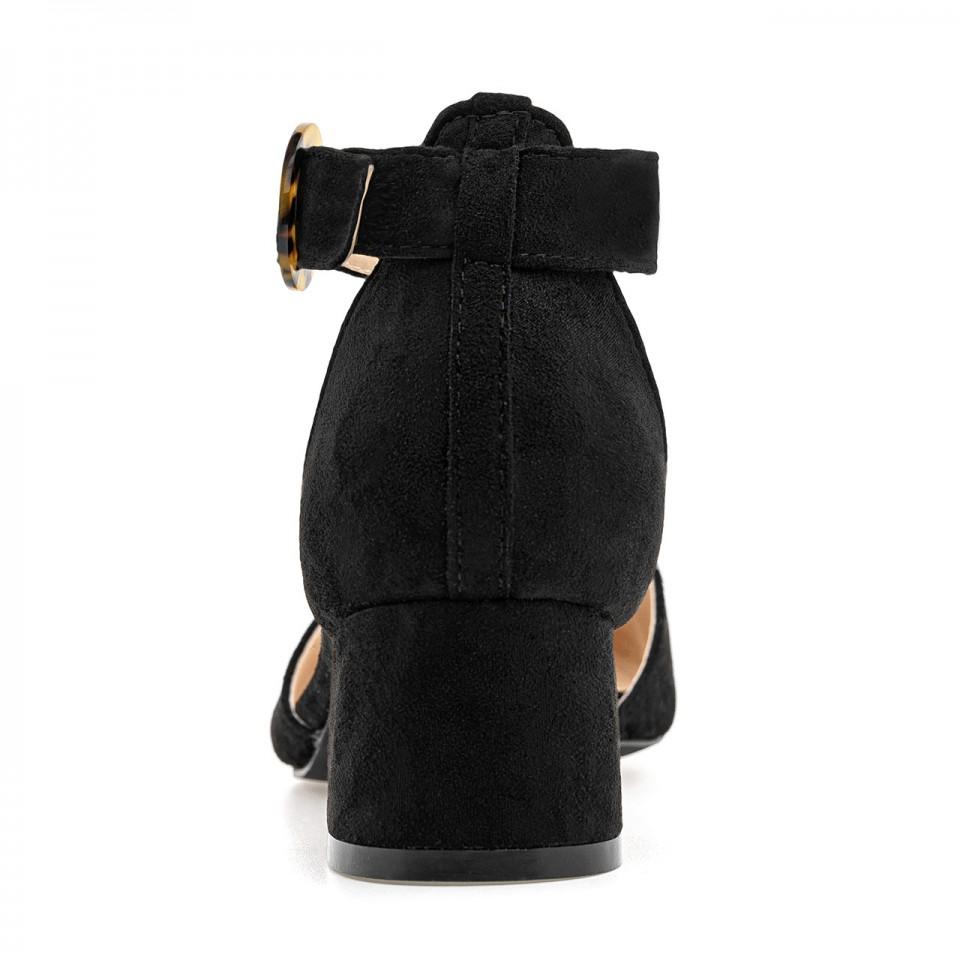 Czarne zamszowe czółenka z noskiem w szpic na niskim słupku zapinane wokół kostki
