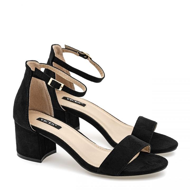 Czarne sandały zamszowe na niskim słupku zapinane wokół kostki