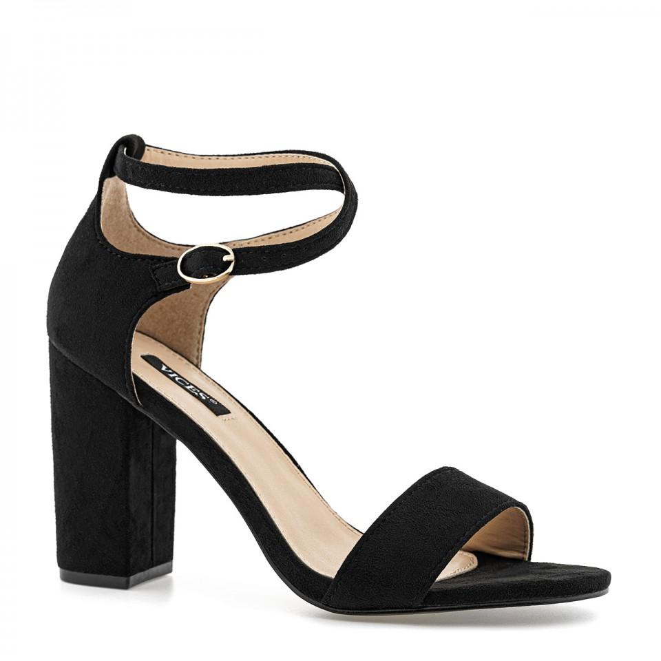 Czarne sandały zamszowe na wysokim słupku zapinane na przeplatany cienki pasek
