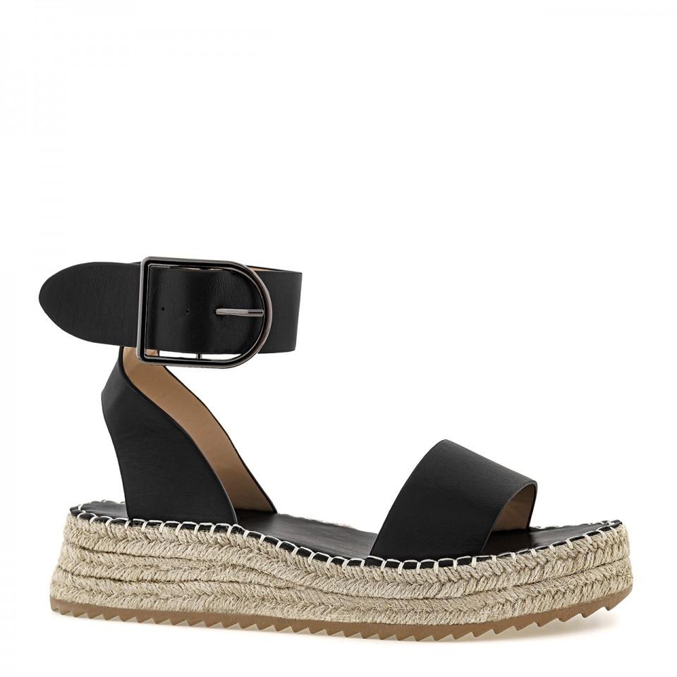 Czarne sandały skórzane na plecionej wysokiej podeszwie zapinane na klamrę