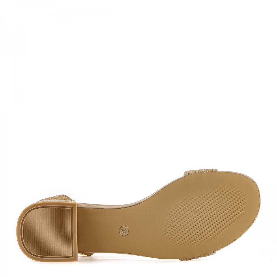 Beżowe sandałki na niskim słupku ze wzorem imitującym skórę krokodyla