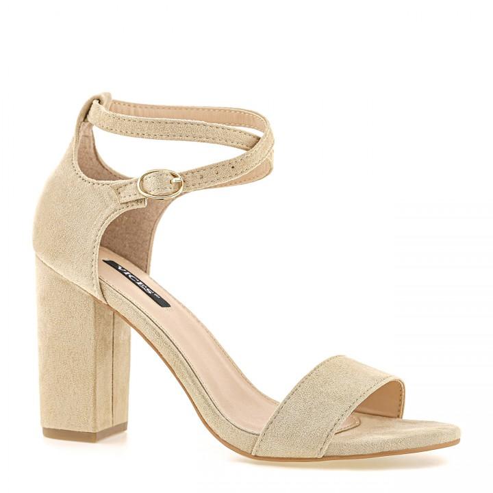 Beżowe sandały zamszowe na wysokim słupku zapinane na przeplatany cienki pasek