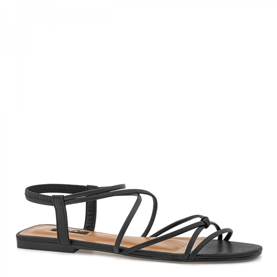 Czarne skórzane sandały z cienkimi rzemykami na płaskiej podeszwie