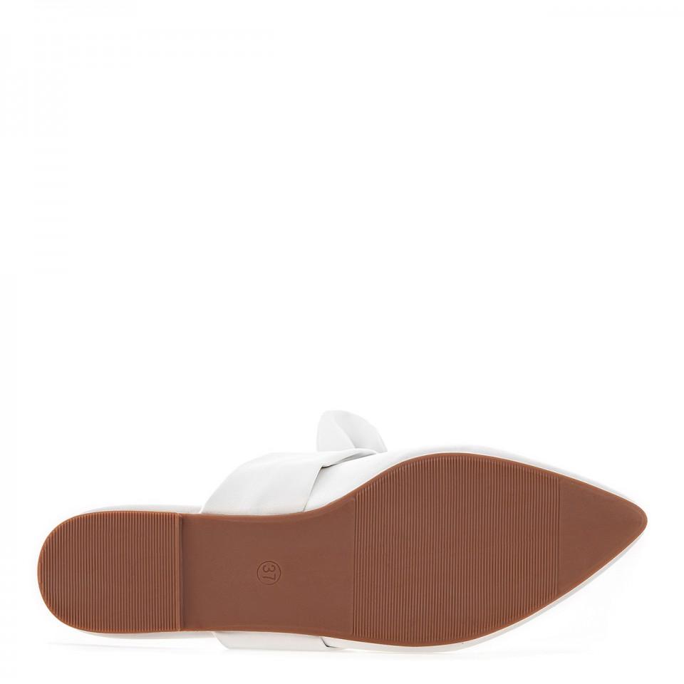 Białe skórzane klapki z wiązaną kokardą i noskami w szpic