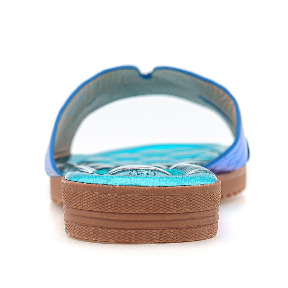 Benzynowo-niebieskie klapki z wyciętą cholewką na gumowej podeszwie