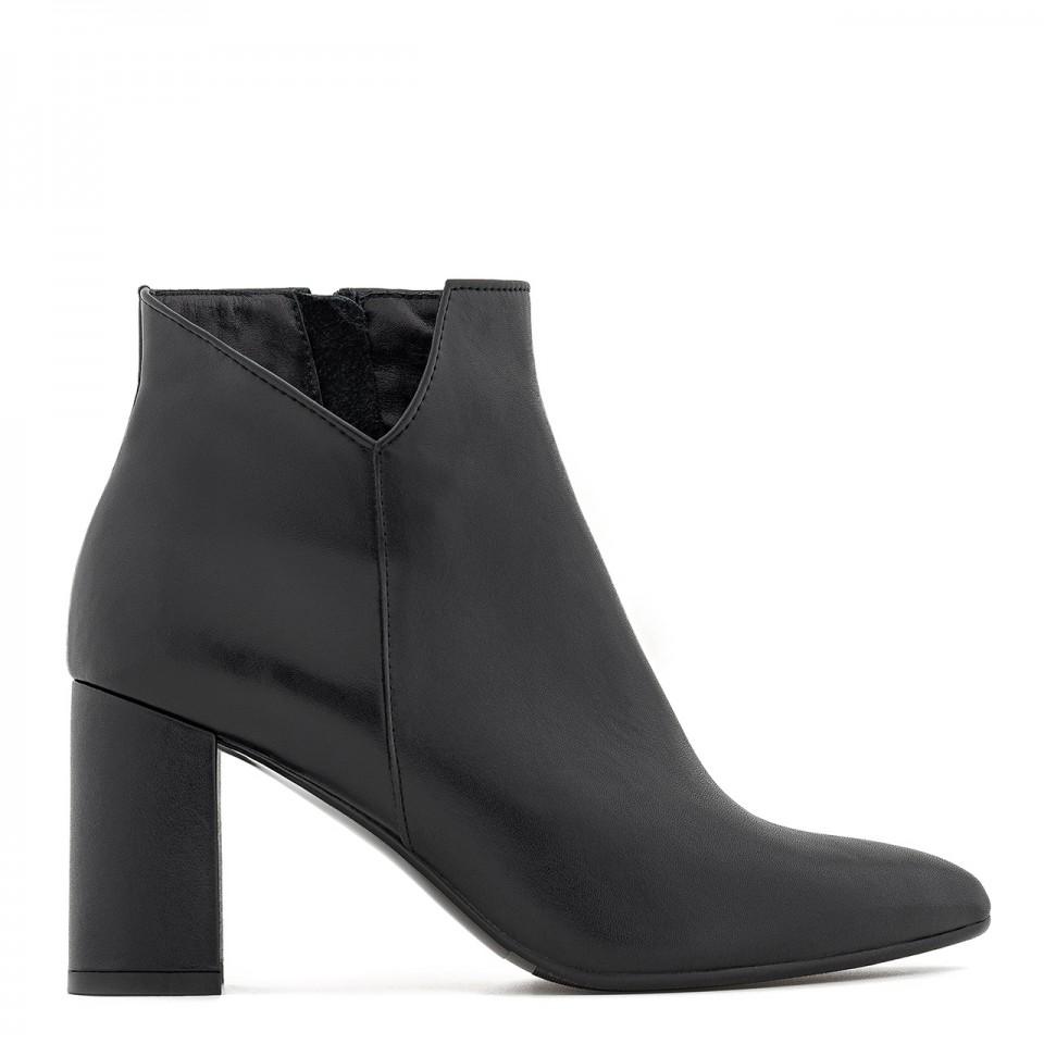 Eleganckie botki na słupku w czarnym kolorze