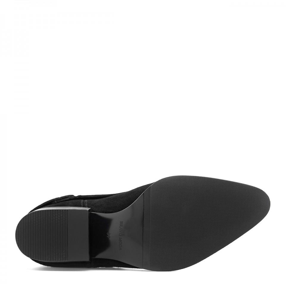 Czarne welurowe botki na niskim obcasie ozdobione delikatnym opinanym łańcuszkiem