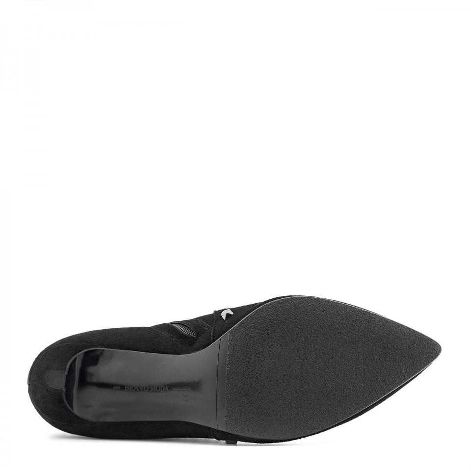 Czarne zamszowe botki na szpilce ozdobione ćwiekami