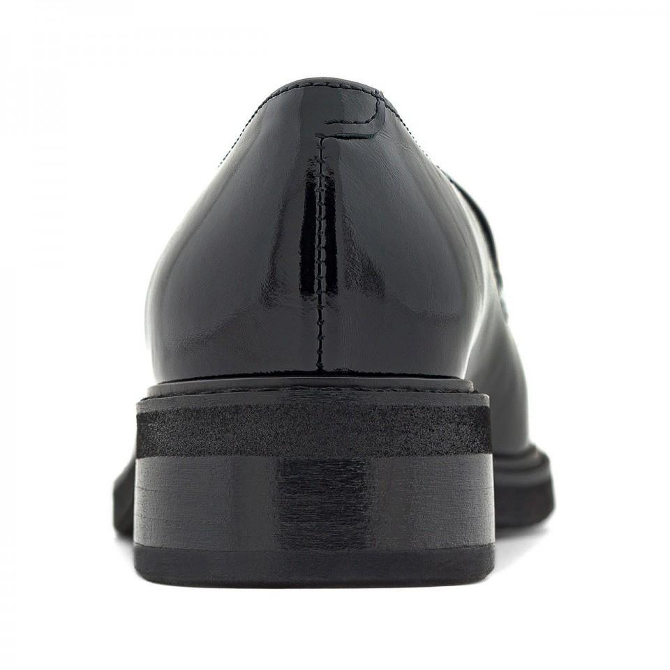 Czarne mokasyny z lakierowanej skóry na grubej podeszwie ze srebrnym łańcuszkiem