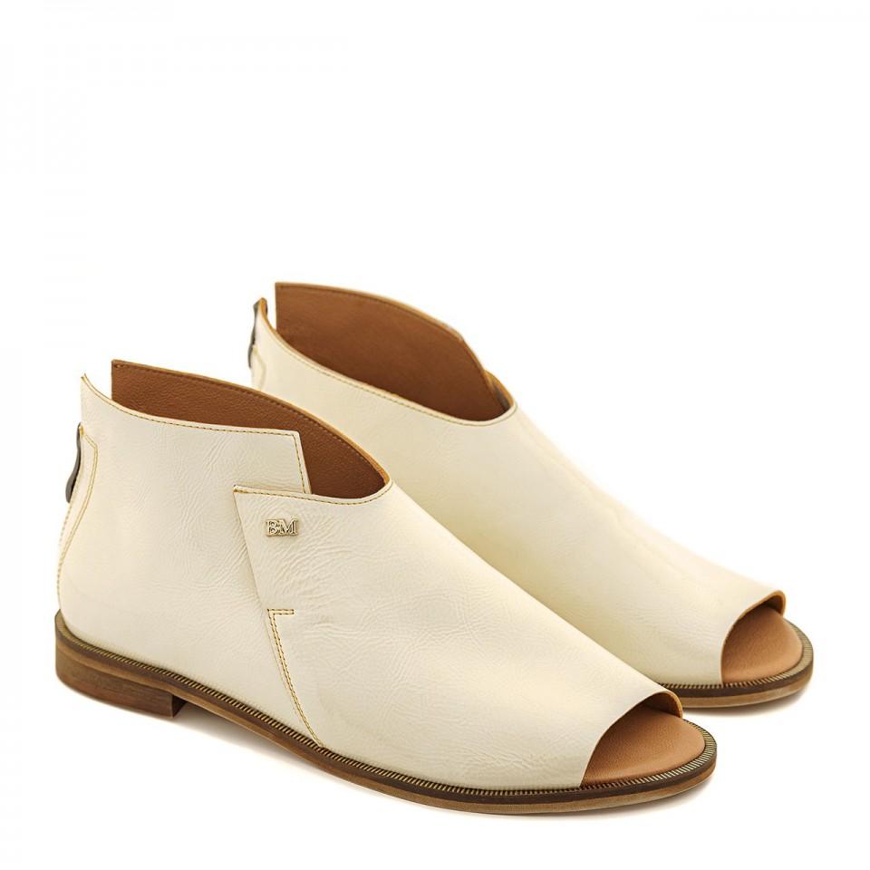 Kremowe sandały z lakierowanej skóry naturalnej open toe płaski obcas