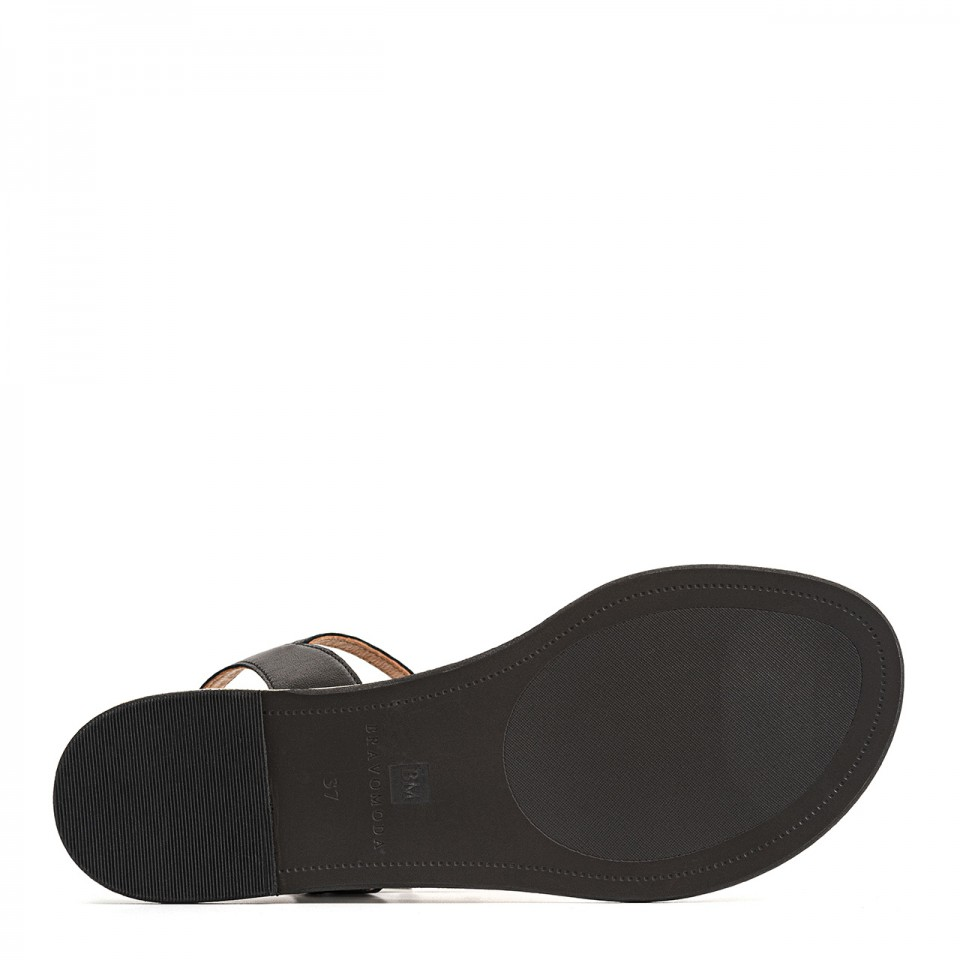 Czarne sandałki z cienkich pasków naturalnej skóry na płaskim obcasie