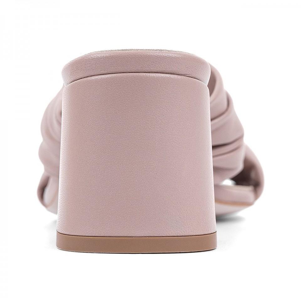 Pudrowo-różowe przeplatane klapki z naturalnej skóry na szerokim słupku