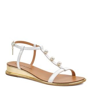 Białe sandałki z cienkich paseczków naturalnej skóry na niskiej złotej koturnie z perełkami