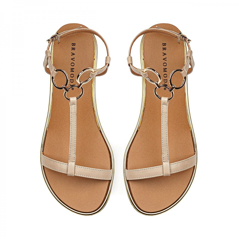Beżowe sandały z naturalnej skóry na koturnie ozdobione kółeczkami