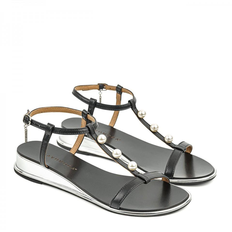 Czarne sandałki z cienkich paseczków naturalnej skóry na srebrnej koturnie z perłami