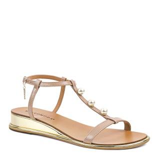 Jasnobrązowe sandałki z cienkich paseczków naturalnej skóry na złotej koturnie z perełkami
