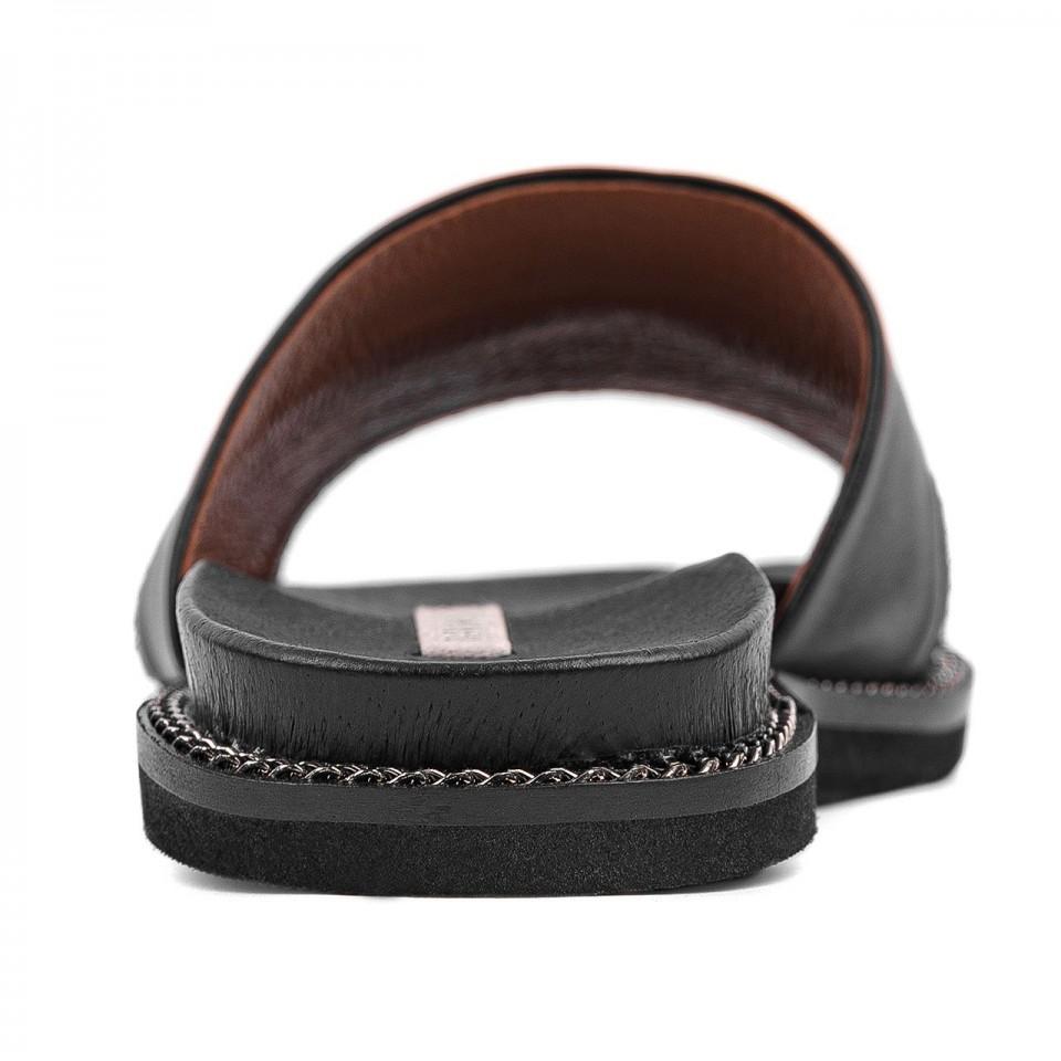 Czarne klapki z naturalnej skóry premium na płaskiej podeszwie zdobione srebrnym łańcuszkiem
