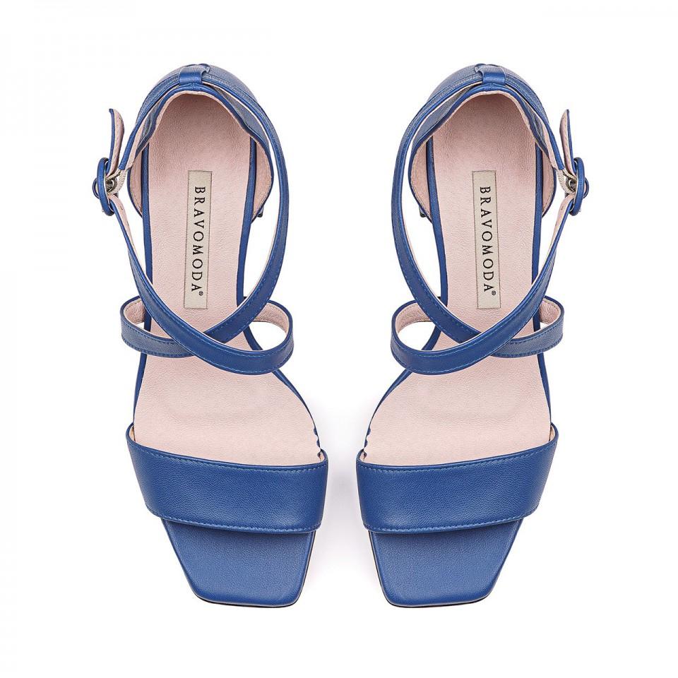 Niebieskie sandałki z naturalnej skóry z paseczkami na niskim ozdobnym słupku