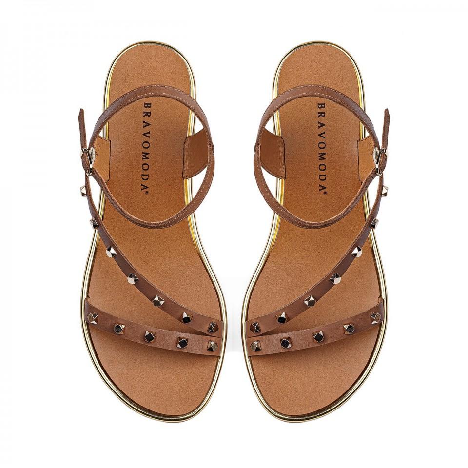Camelowe sandały z naturalnej licowej skóry ozdobione ćwiekami na złotej koturnie