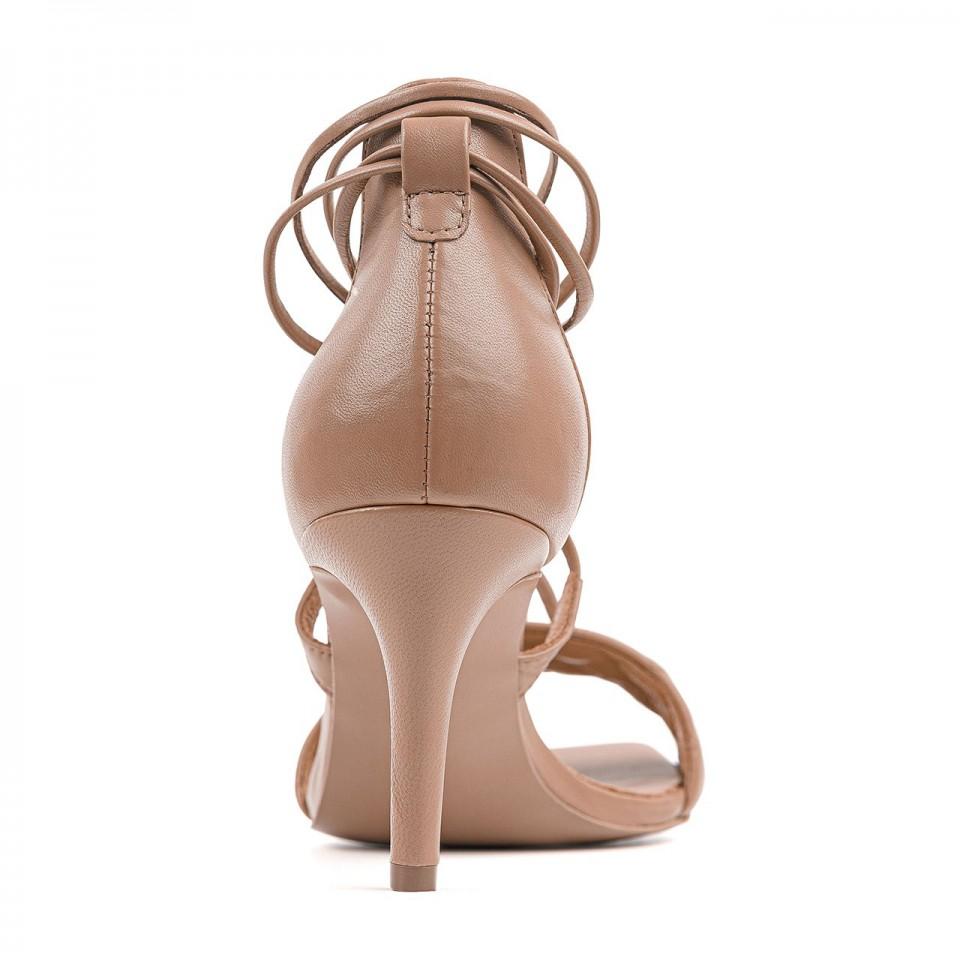 Jasnobrązowe wiązane sandały z naturalnej licowej skóry na szpilce z przeszyciami