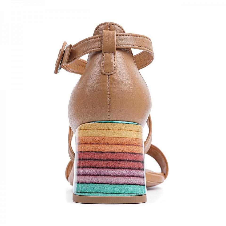 Jasnobrązowe sandałki toffi z naturalnej skóry z paseczkami na niskim ozdobnym słupku