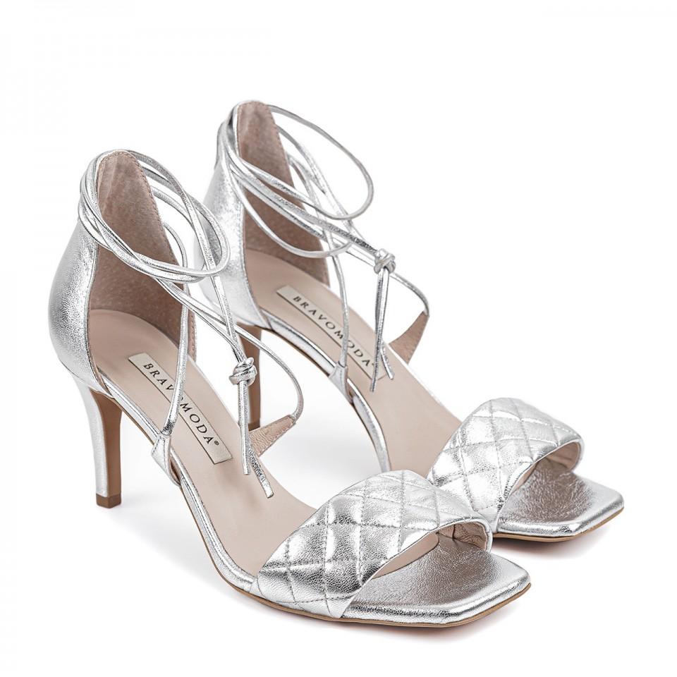 Srebrne wiązane sandały z naturalnej licowej skóry na szpilce z przeszyciami